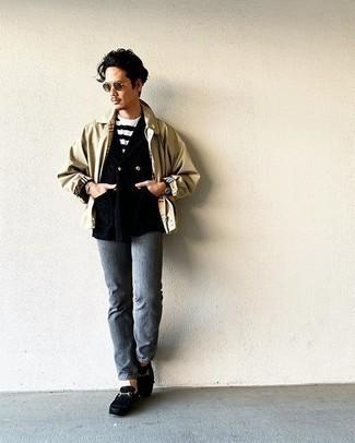 Graue Jeans kombinieren – 500+ Herren Outfits: Kombinieren Sie eine hellbeige Harrington-Jacke mit grauen Jeans für ein bequemes Outfit, das außerdem gut zusammen passt. Komplettieren Sie Ihr Outfit mit schwarzen Leder Slippern, um Ihr Modebewusstsein zu zeigen.