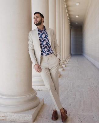 Wie kombinieren: hellbeige Anzug, dunkelblaues Langarmhemd mit Blumenmuster, braune Leder Slipper