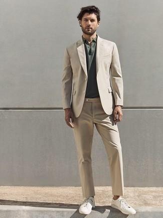 Smart-Casual Outfits Herren 2021: Kombinieren Sie einen hellbeige Anzug mit einem dunkelgrünen Polohemd für einen für die Arbeit geeigneten Look. Weiße Segeltuch niedrige Sneakers leihen Originalität zu einem klassischen Look.