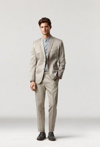 Hemd kombinieren – 1200+ Herren Outfits: Geben Sie den bestmöglichen Look ab in einem Hemd und einem hellbeige Anzug. Fühlen Sie sich mutig? Vervollständigen Sie Ihr Outfit mit dunkelbraunen Leder Derby Schuhen.