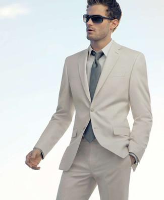 Wie kombinieren: hellbeige Anzug, hellbeige Businesshemd, graue Krawatte