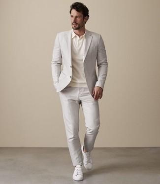 Wie kombinieren: hellbeige Anzug, hellbeige Polohemd, weiße Leder niedrige Sneakers