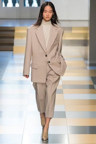 Wie kombinieren: hellbeige Anzug, hellbeige Rollkragenpullover, hellbeige Leder Pumps