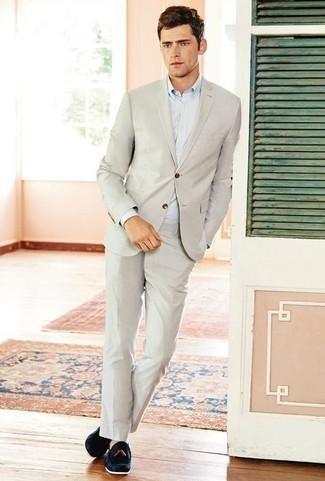 Hellbeige Anzug kombinieren: trends 2020: Entscheiden Sie sich für einen hellbeige Anzug und ein hellblaues Businesshemd für einen stilvollen, eleganten Look. Fühlen Sie sich ideenreich? Ergänzen Sie Ihr Outfit mit dunkelblauen Wildleder Slippern mit Quasten.