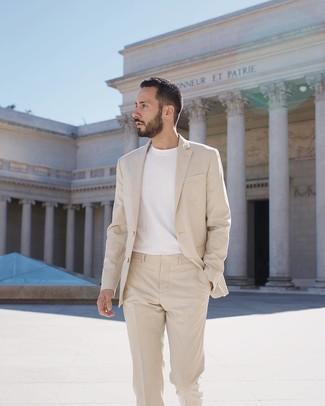 Wie kombinieren: hellbeige Anzug, weißes T-Shirt mit einem Rundhalsausschnitt