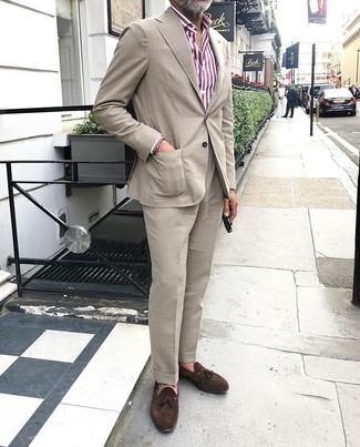 Dunkelbraune Wildleder Slipper mit Quasten kombinieren: trends 2020: Entscheiden Sie sich für einen hellbeige Anzug und ein weißes und rotes vertikal gestreiftes Businesshemd für einen stilvollen, eleganten Look. Dunkelbraune Wildleder Slipper mit Quasten sind eine kluge Wahl, um dieses Outfit zu vervollständigen.