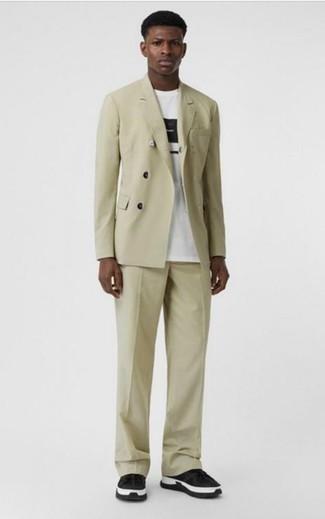 Smart-Casual Outfits Herren 2021: Kombinieren Sie einen hellbeige Anzug mit einem weißen und schwarzen bedruckten T-Shirt mit einem Rundhalsausschnitt, wenn Sie einen gepflegten und stylischen Look wollen. Bringen Sie die Dinge durcheinander, indem Sie schwarzen und weißen Sportschuhe mit diesem Outfit tragen.