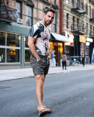 Wie kombinieren: hellbeige bedrucktes T-Shirt mit einem Rundhalsausschnitt, dunkelgraue Shorts, braune Ledersandalen