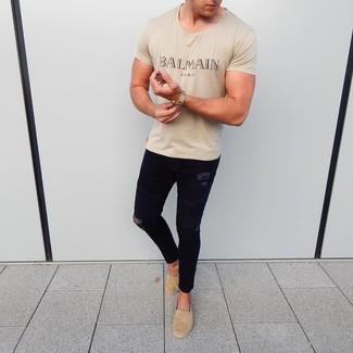 Beige bedrucktes T-Shirt mit einem Rundhalsausschnitt kombinieren: trends 2020: Entscheiden Sie sich für ein beige bedrucktes T-Shirt mit einem Rundhalsausschnitt und schwarzen enge Jeans mit Destroyed-Effekten für einen entspannten Wochenend-Look. Fühlen Sie sich ideenreich? Komplettieren Sie Ihr Outfit mit beige Wildleder Espadrilles.