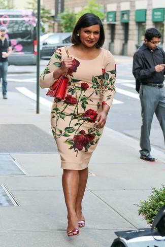 Wie kombinieren: hellbeige figurbetontes Kleid mit Blumenmuster, rote Leder Sandaletten, rote Leder Umhängetasche