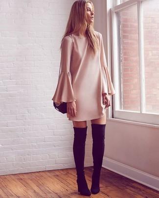 Wie kombinieren: hellbeige gerade geschnittenes Kleid, schwarze Overknee Stiefel aus Wildleder, schwarze Leder Umhängetasche