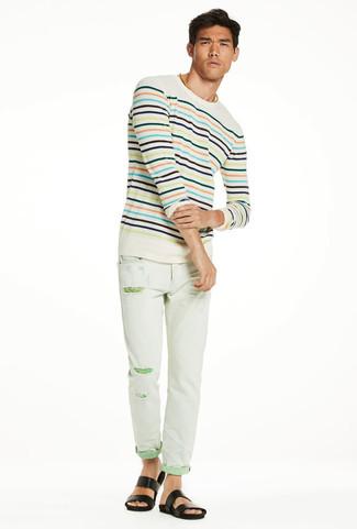 Wie kombinieren: hellbeige horizontal gestreifter Pullover mit einem Rundhalsausschnitt, mintgrüne enge Jeans mit Destroyed-Effekten, schwarze Ledersandalen