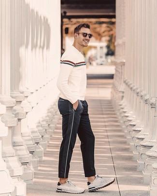 Wie kombinieren: hellbeige horizontal gestreifter Pullover mit einem Rundhalsausschnitt, schwarze Jogginghose, graue Wildleder Sportschuhe