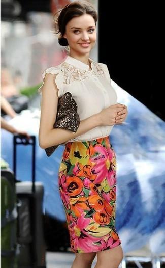 Miranda Kerr trägt Hellbeige Kurzarmbluse aus Spitze, Mehrfarbiger Bleistiftrock mit Blumenmuster, Dunkelbraune Paillette Clutch