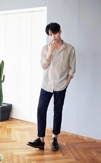 Herren Outfits & Modetrends 2020: Vereinigen Sie ein hellbeige Langarmhemd mit einer dunkelblauen Chinohose für einen bequemen Alltags-Look. Vervollständigen Sie Ihr Outfit mit schwarzen Leder Derby Schuhen, um Ihr Modebewusstsein zu zeigen.