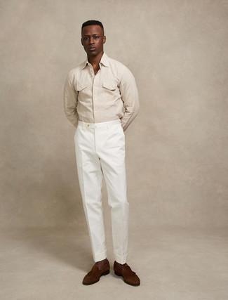 Hellbeige Langarmhemd kombinieren – 434 Herren Outfits: Kombinieren Sie ein hellbeige Langarmhemd mit einer weißen Anzughose für eine klassischen und verfeinerte Silhouette. Dieses Outfit passt hervorragend zusammen mit dunkelbraunen Wildleder Slippern mit Quasten.