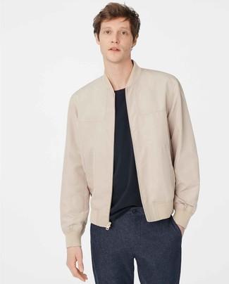Dunkelblaue Wollchinohose kombinieren: trends 2020: Arbeitsreiche Tage verlangen nach einem einfachen, aber dennoch stylischen Outfit, wie zum Beispiel eine hellbeige Leder Bomberjacke und eine dunkelblaue Wollchinohose.