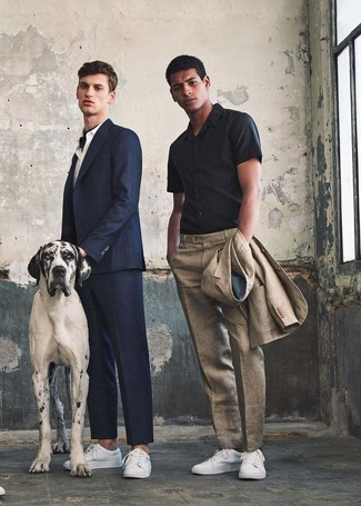 Wie kombinieren: hellbeige Leinen Anzug, schwarzes Kurzarmhemd, weiße Leder niedrige Sneakers