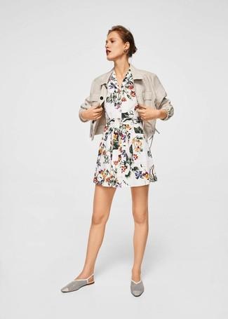 Wie kombinieren: hellbeige Leinen Sakko, weißes Shirtkleid mit Blumenmuster, weiße Leder Slipper mit Ausschnitten