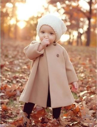 Wie kombinieren: hellbeige Mantel, dunkelrote Leggings, weiße Mütze