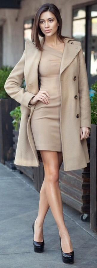 Kombinieren Sie einen hellbeige Mantel mit einem hellbeige figurbetontem Kleid für ein großartiges Wochenend-Outfit. Vervollständigen Sie Ihr Look mit schwarzen Leder Pumps.