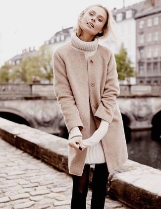 Wie kombinieren: hellbeige Mantel, hellbeige Sweatkleid, schwarze Wollstrumpfhose