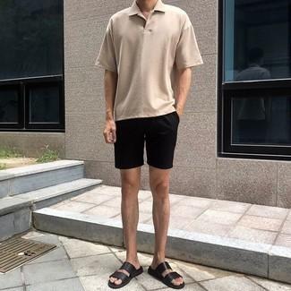 Herren Outfits & Modetrends 2020: lässige Outfits: Erwägen Sie das Tragen von einem hellbeige Polohemd und schwarzen Shorts für ein großartiges Wochenend-Outfit. Wenn Sie nicht durch und durch formal auftreten möchten, vervollständigen Sie Ihr Outfit mit schwarzen Ledersandalen.