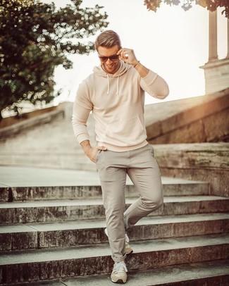 Wie kombinieren: hellbeige Pullover mit einem Kapuze, graue Chinohose, hellbeige Wildleder Sportschuhe