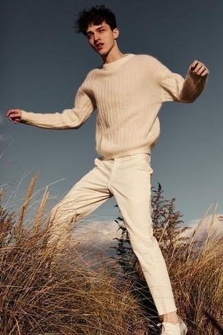 Weiße Leder niedrige Sneakers kombinieren – 500+ Herren Outfits: Paaren Sie einen hellbeige Pullover mit einem Rundhalsausschnitt mit einer hellbeige Chinohose für ein sonntägliches Mittagessen mit Freunden. Suchen Sie nach leichtem Schuhwerk? Entscheiden Sie sich für weißen Leder niedrige Sneakers für den Tag.