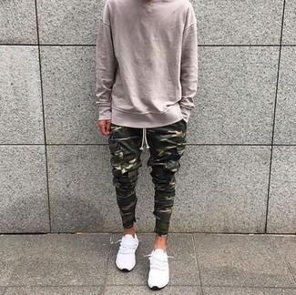 Wie kombinieren: hellbeige Pullover mit einem Rundhalsausschnitt, olivgrüne Camouflage Cargohose, weiße niedrige Sneakers