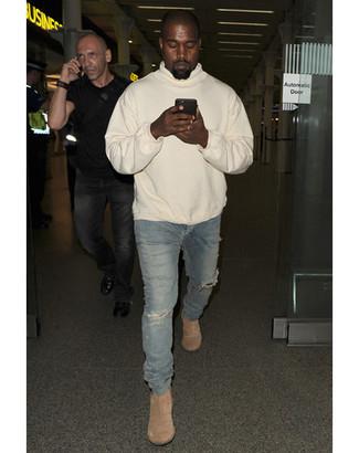 Kanye West trägt Hellbeige Pullover Mit Kapuze, Blaue Enge Jeans mit Destroyed-Effekten, Hellbeige Chelsea-Stiefel aus Wildleder