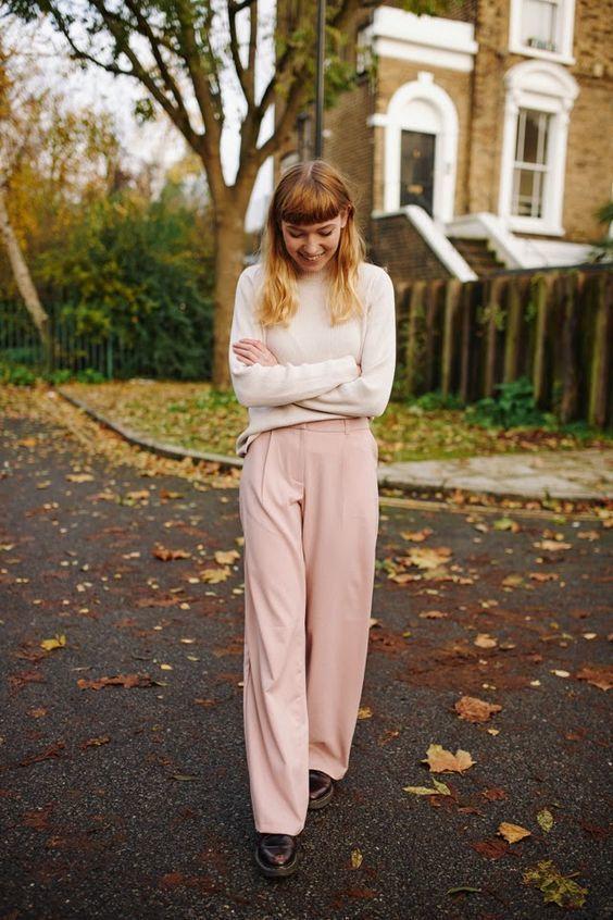 775bb17acd Wie kombinieren: hellbeige Rollkragenpullover, rosa weite Hose, dunkelrote  Leder Oxford Schuhe