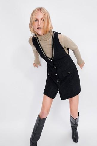 Wie kombinieren: hellbeige Rollkragenpullover, schwarzer Kleiderrock, schwarze kniehohe Stiefel aus Leder