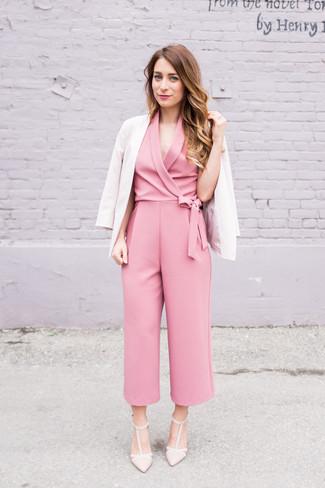 Hellbeige Sakko kombinieren – 136 Damen Outfits: Probieren Sie diese Paarung aus einem hellbeige Sakko und einem rosa Jumpsuit - mehr brauchen Sie nicht, um einen Alltags-Look zu erzielen. Hellbeige Leder Pumps sind eine großartige Wahl, um dieses Outfit zu vervollständigen.