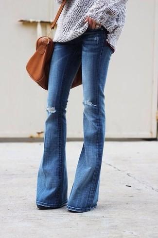 Wie kombinieren: hellbeige Strick Oversize Pullover, blaue Schlagjeans mit Destroyed-Effekten, rotbraune Leder Reisetasche