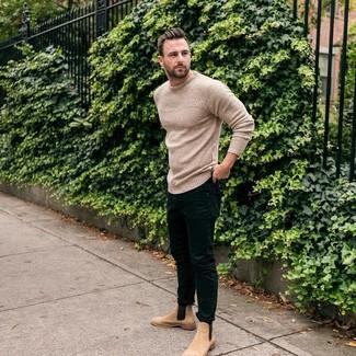 Wie kombinieren: hellbeige Strick Pullover mit einem Rundhalsausschnitt, schwarze enge Jeans, beige Chelsea-Stiefel aus Wildleder