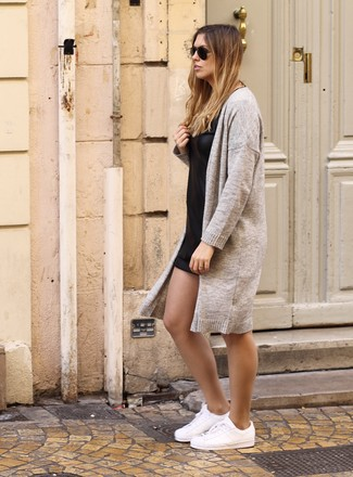 Schwarzes gerade geschnittenes Kleid aus Leder kombinieren: trends 2020: Möchten Sie einen lässigen Look kreieren, ist die Kombination aus einem schwarzen gerade geschnittenem Kleid aus Leder und einer hellbeige Strickjacke mit einer offenen Front Ihre Wahl. Weiße Leder niedrige Sneakers liefern einen wunderschönen Kontrast zu dem Rest des Looks.