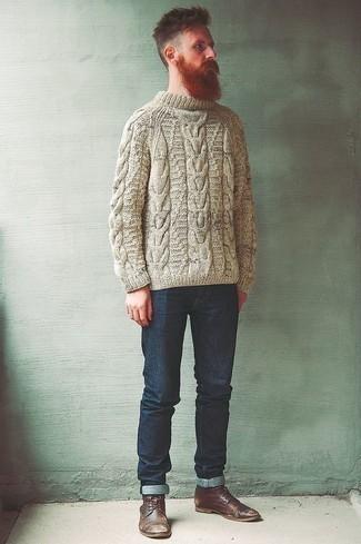 Hellbeige Strickpullover kombinieren – 77 Herren Outfits: Paaren Sie einen hellbeige Strickpullover mit dunkelblauen Jeans für ein sonntägliches Mittagessen mit Freunden. Vervollständigen Sie Ihr Outfit mit einer braunen Lederfreizeitstiefeln, um Ihr Modebewusstsein zu zeigen.