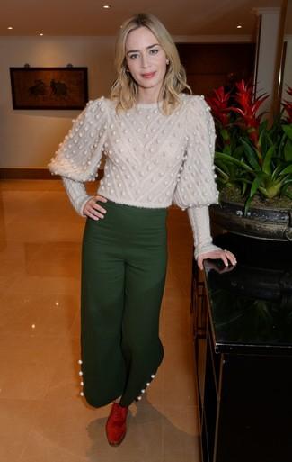 Damen Outfits & Modetrends: Um eine legere und tolle Silhouette zu kreieren, entscheiden Sie sich für einen hellbeige Strickpullover und eine dunkelgrüne weite Hose. Ergänzen Sie Ihr Outfit mit roten Wildleder Oxford Schuhen, um Ihr Modebewusstsein zu zeigen.