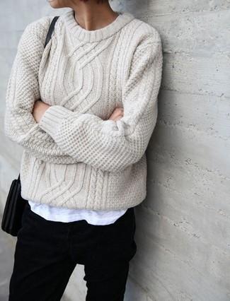 Wie kombinieren: hellbeige Strickpullover, schwarze Jeans, schwarze Leder Umhängetasche