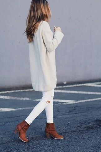 Wie kombinieren: hellbeige Sweatkleid, weiße enge Jeans mit Destroyed-Effekten, rotbraune Leder Stiefeletten