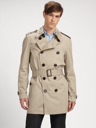 Wie kombinieren: hellbeige Trenchcoat, hellblaues Langarmhemd mit Vichy-Muster, schwarze Anzughose