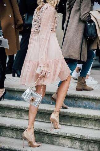 Silberne Leder Umhängetasche kombinieren: trends 2020: Tragen Sie ein hellbeige verziertes schwingendes Kleid und eine silberne Leder Umhängetasche für einen Look, der super fürs Wochenende geeignet ist. Dieses Outfit passt hervorragend zusammen mit beige Satin Pumps.