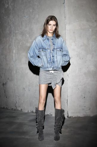 Wie kombinieren: hellblaue Jeansjacke, graues figurbetontes Kleid, dunkelgraue kniehohe Stiefel aus Wildleder