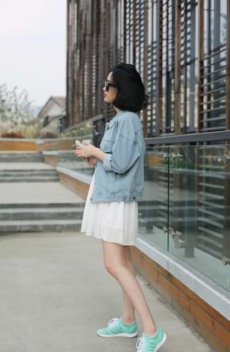Die Paarung aus einer hellblauen Jeansjacke und einem weißen ausgestelltem Kleid mit Lochstickerei ist eine komfortable Wahl, um Besorgungen in der Stadt zu erledigen. Fühlen Sie sich mutig? Vervollständigen Sie Ihr Outfit mit weißen und grünen niedrigen Sneakers.