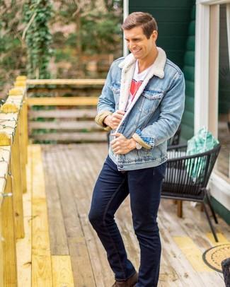 Wie kombinieren: hellblaue Jeansjacke, weißes und rotes bedrucktes T-Shirt mit einem Rundhalsausschnitt, dunkelblaue Jeans