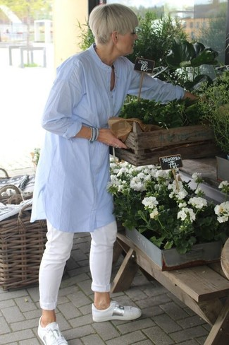 40 Jährige: Casual Outfits Damen 2020: Entscheiden Sie sich für eine hellblaue Leinen Tunika und eine weiße Chinohose für einen Look, der, Charme und Charakter ausstrahlt. Suchen Sie nach leichtem Schuhwerk? Komplettieren Sie Ihr Outfit mit weißen Leder niedrigen Sneakers für den Tag.