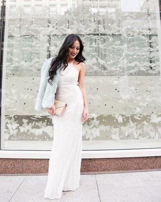Hellblaue Pelzjacke kombinieren – 3 Damen Outfits: Erwägen Sie das Tragen von einer hellblauen Pelzjacke und einem weißen Spitze Ballkleid mit Blumenmuster, um eine klassische Stimmung zu verleihen.
