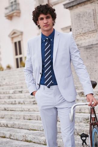 Wie kombinieren: hellblauer Anzug aus Seersucker, dunkelblaues Jeanshemd, dunkelblaue horizontal gestreifte Krawatte