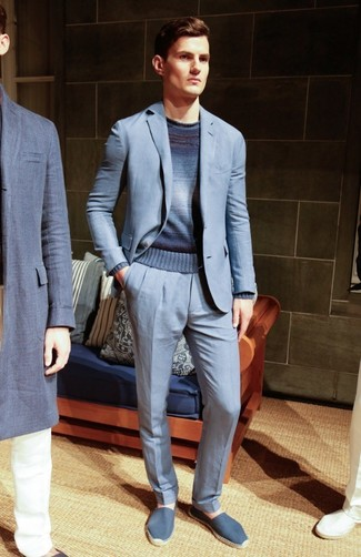 Wie kombinieren: hellblauer Anzug, dunkelblauer Ombre Pullover mit einem Rundhalsausschnitt, blaue Segeltuch Espadrilles
